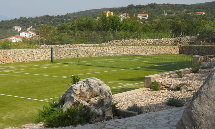 villa tennis court